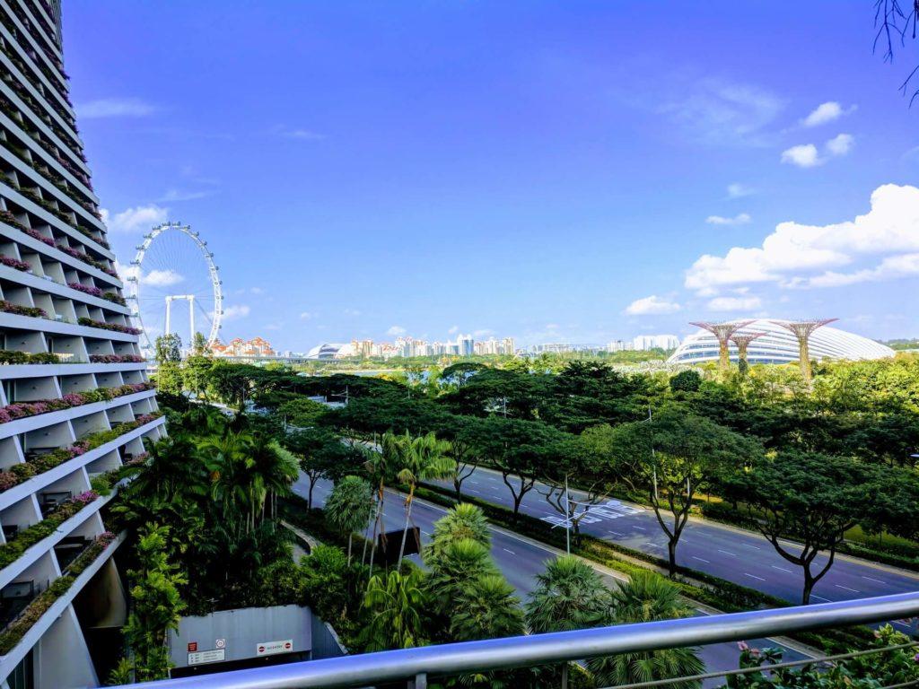 Singapour, ciudad limpia llena de naturaleza y cielo azul despejado