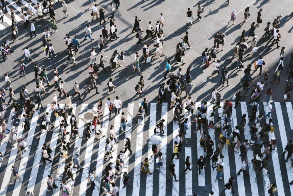 Personas caminando en la calle, desarrollo sustentable cultural
