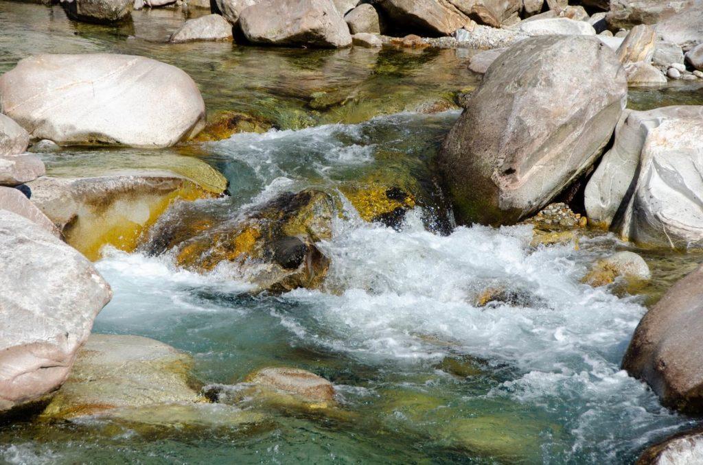 Agua natural de manantial
